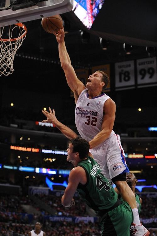 Blake Griffin de Los Angeles Clippers supera a Kris Humphries de los Celtics de Boston