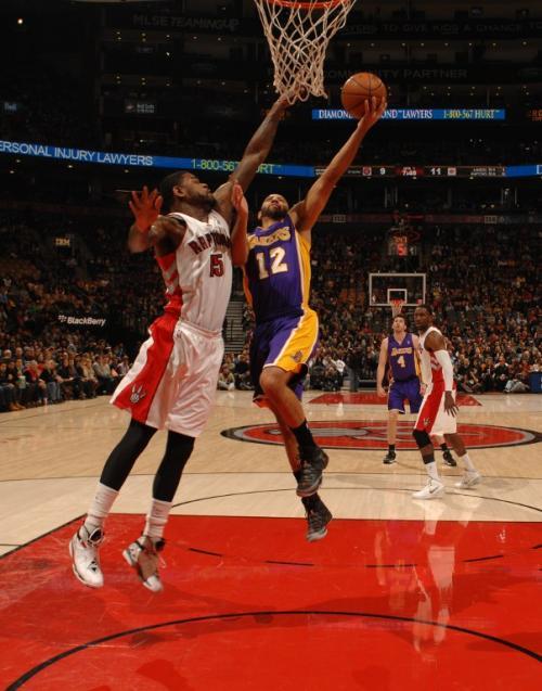 Kendall Marshall de los Lakers durante una jugada del juego ante los Raptors de Toronto