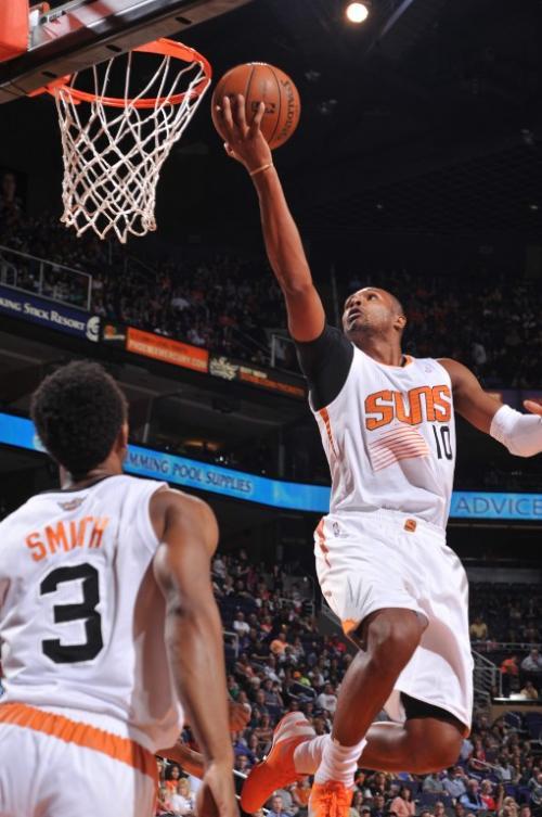 Leandro Barbosa de los Suns de Phoenix intenta anotar ante la marca de los Nuggets de Denver