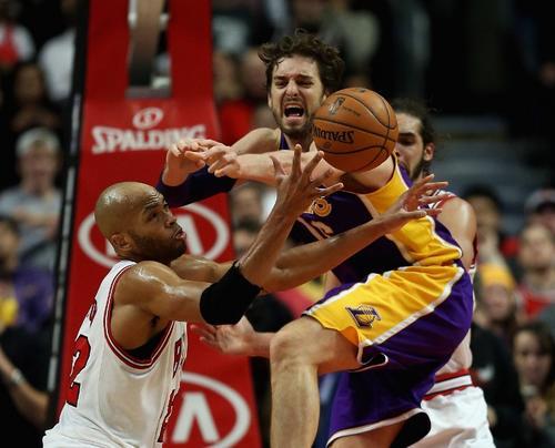 Taj Gibson y Pau Gasol disputan una jugada durante el encuentro entre los Bulls y los Lakers