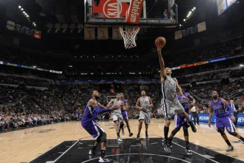 Tony Parker al momento de anotar una canasta para los Spurs de San Antonio