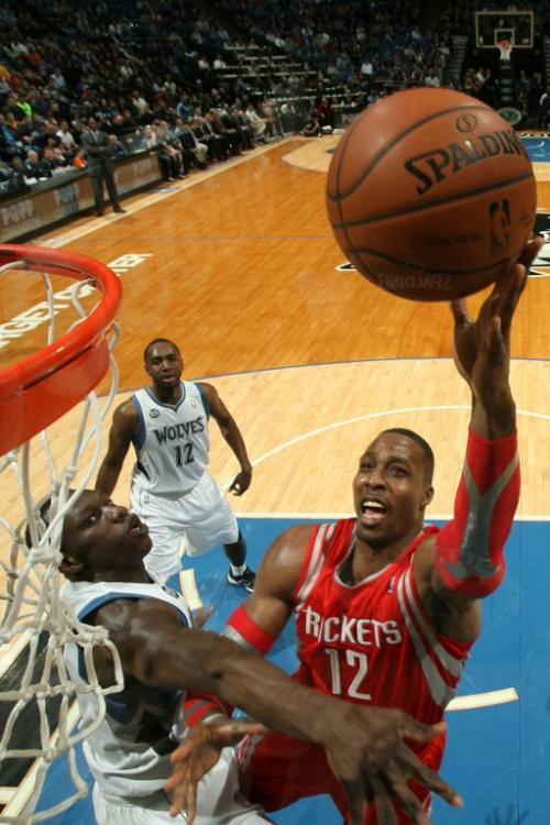 Dwight Howard de los Rockets de Houston ante la defensa de los Timberwolves de Minnesota. (Foto: David Sherman/AFP)