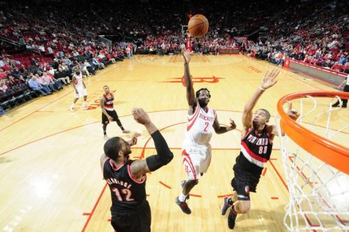 Patrick Beverley de los Rockets de Houston dispara ante la marca de los Trail Blazers