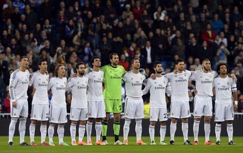 Los jugadores del Real Madrid observan mientras los asistentes al Santiago Bernabéu dedican un minuto de silencio a la memoria de Eusebio, quien murió ayer