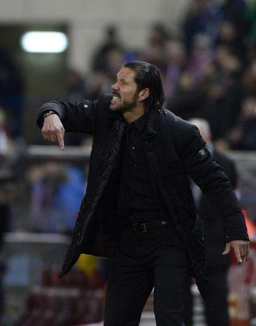 El argentino Diego Pablo Simeone, director técnico de los colchoneros, buscará la clasificación en el San Mamés