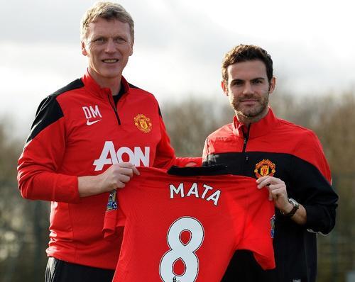 Juan Mata, quien en la foto posa junto al director técnico David Moyes, podría debutar con el Manchester United este martes ante el Cardiff