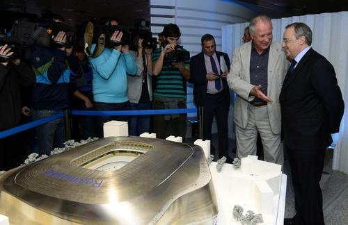 Florentino Pérez y Volkwin Marg durante la presentación del proyecto ganador para la remodelación del Santiago Bernabéu. (Foto: Javier Soriano/AFP)