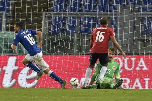 Florenzi comienza a celebrar tras anotar uno de los goles italianos ante Noruega