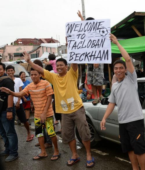 Beckham fue recibido por niños y adultos que tratan de reconstruir su vida tras el paso del tifón más dañino en 100 años en Filipinas