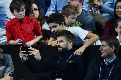 """Piqué se tomó """"selfies"""" con varios fanáticos. (Foto: AFP)"""