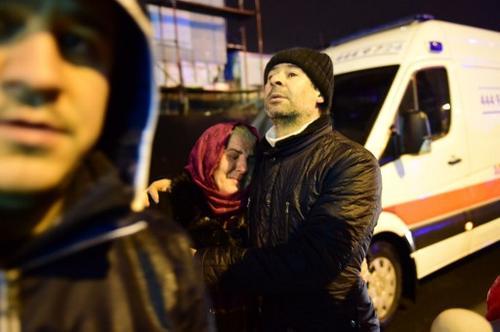 Una mujer llora desconsolada tras el atentado a una discoteca en Estambul