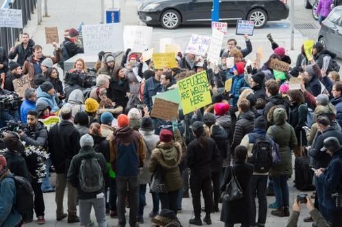 En el Aeropuerto Internacional JFK de Nueva York, se registran protestas en contra de la orden del Gobierno en contra de llegadas de ciudadanos de Irán, Irak, Libia, Somalia, Sudán, Siria y Yemen. (Foto: Bryan R. Smith/ AFP)