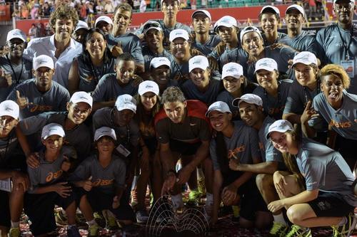 Nadal posó junto a los niños y niñas que apoyaron en el Abierto de Río de Janeiro