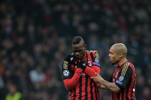 Balotelli salió lesionado del juego y es duda para el próximo encuentro del Milan en la Serie A italiana