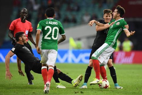 La pelea inició por una fuerte entrada sobre Héctor Herrera. (Foto: AFP)