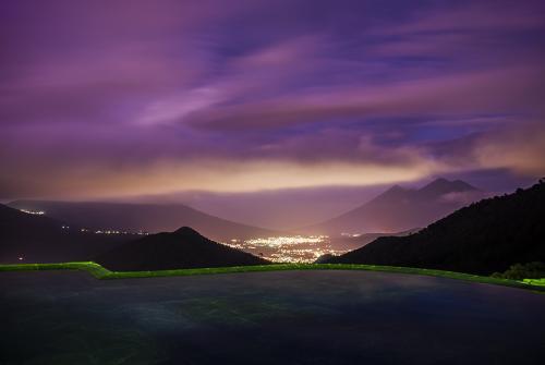 Una vista panorámica nocturna entre volcanes