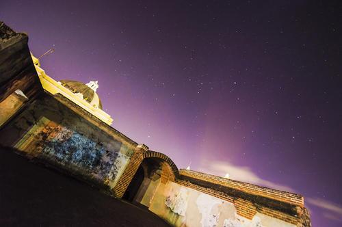 Imagen nocturna de las ruinas de La Merced en Antigua Guatemala