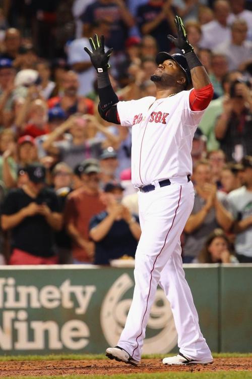 Ortiz celebra con las manos hacia el cielo tras el jonrón 498 de su carrera.