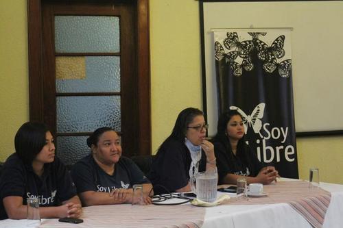 Integrantes del colectivo Casa Artesana ofrecieron una conferencia de prensa para dar a conocer las deficiencias del sistema carcelario del país. (Foto: Soy502)