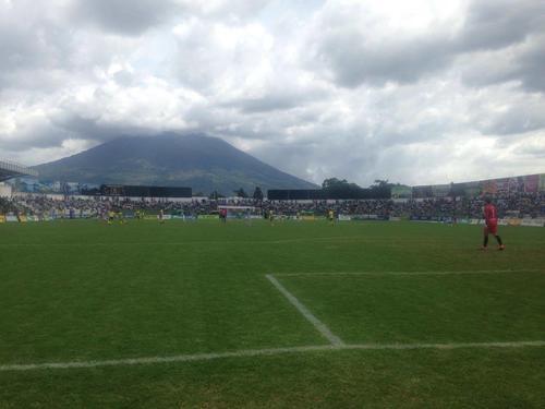Vista panorámica del estadio Pensativo con el Volcán de Agua al fondo.