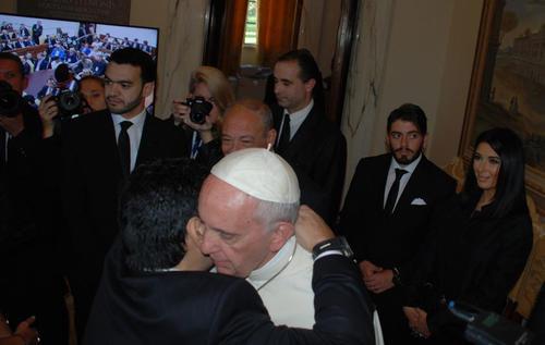 El abrazo entre Maradona y el Papa Francisco. (Foto: Twitter)