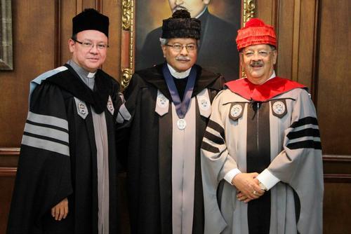 El padre Rolando Alvarado, exrector interino, el Dr. Valdés Barría y el licenciado Gabriel Medrano, exrector de la URL. (Foto: URL/facebook)