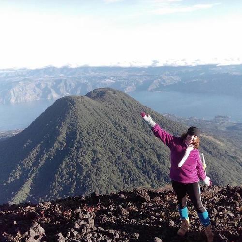 Aracely Esquivel es aficionada a escalar volcanes y lo comparte en sus redes sociales. (Foto: Facebook)