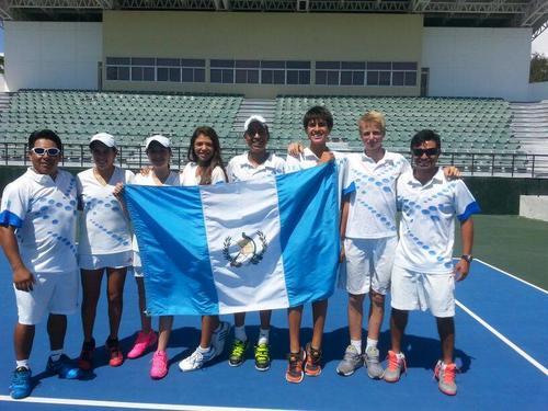Los equipos femenino y masculino de tenis de Guatemala que disputan la Copa Davis y Copa Federación juniors en República Dominicana. (COG)
