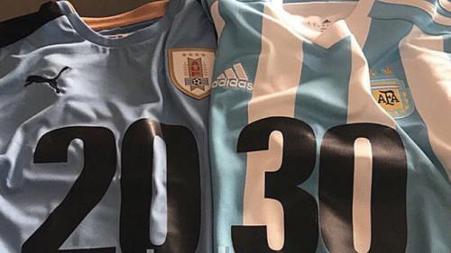 Luis Suárez y Lionel Messi usaran las camisetas 20 y 30  respectivamente promocionando la campaña mundialista de Uruguay Argentina 2030. (Foto: Twitter)