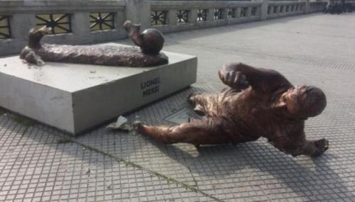Los vándalos dejaron tirada la escultura del astro argentino sobre una famosa avenida. (Foto: TyC Sports)