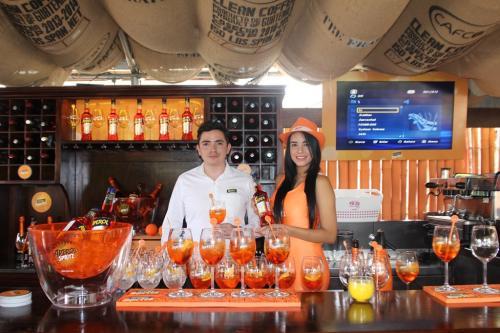 La terraza de Aperol es de tipo Lounge-Bar y cuenta con su distintivo Aperol Spritz.