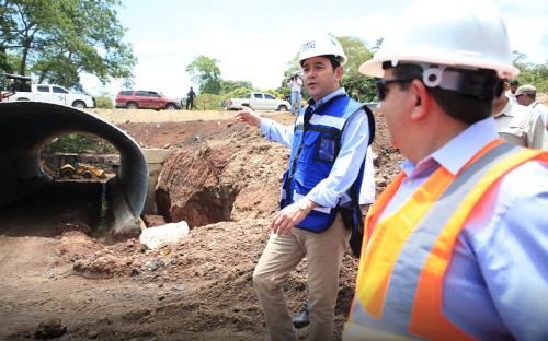 Jimmy Morales supervisa el trabajo en las bóvedas del proyecto. (Foto: Gobierno)