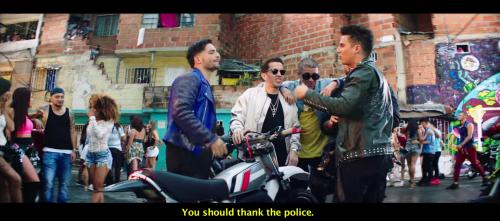 """Maluma aparece en """"el barrio"""" participando en carreras de moto. (Foto: captura de pantalla)"""
