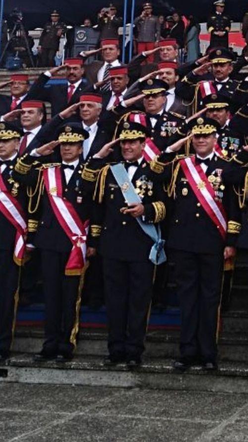 El ministro saliente, Williams Mansilla, luce una banda celeste. En la fila de atrás, el diputado de FCN Nación, Armando Melgar Padilla saluda también con bonete de cadete. (Foto: cortesía)