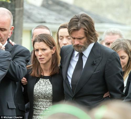 Jim Carrey junto a familiares de Cathriona durante su funeral. (Foto: Daily Mail)