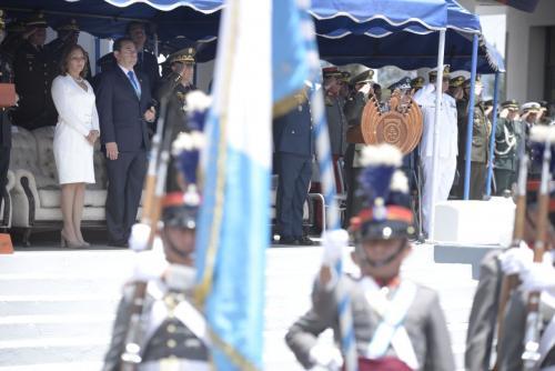 El Presidente apareció públicamente junto a su familia en un acto del Ejército. (Foto: Wilder López/Soy502)