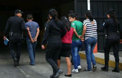 Las cinco personas fueron llevadas a Tribunales. (Foto: PNC)