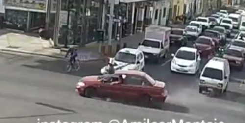 El conductor, con un brazo en la ventana, parece que no se percató del incidente. (Foto: captura de video)