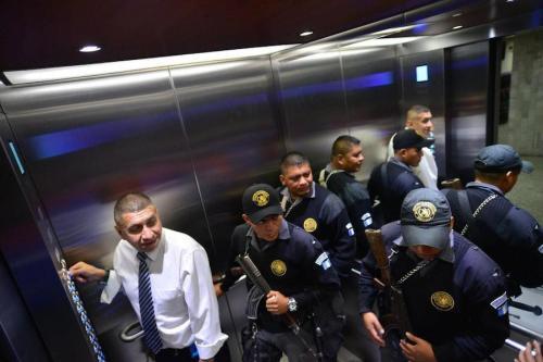En los ascensores de Tribunales coinciden todos los sectores de la sociedad de Guatemala. (Foto: Jesús Alfonso/Soy502)