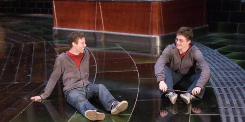 David Holmes junto a Daniel Radcliffe durante el rodaje de una escena de Harry Potter. (Foto: www.scoopwhoop.com)