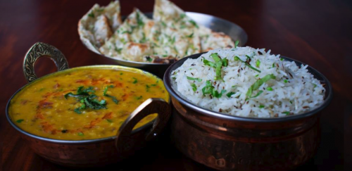 Una buena combinación: Naan de ajo, Jeera rice (arroz) y Yellow Dal Tadka (Foto: Littel India, Facebook)