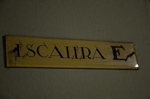 Algunos letreros y señalizaciones están hechos a mano. (Foto: Selene Mejía/Soy502)