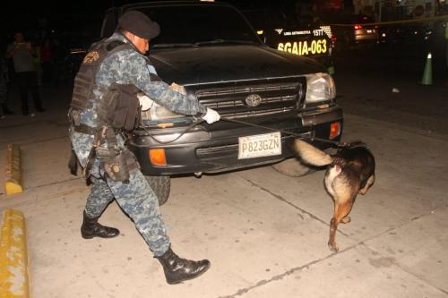 El agente K-9 Bilko fue el encargado de revisar el vehículo. (Foto: PNC)