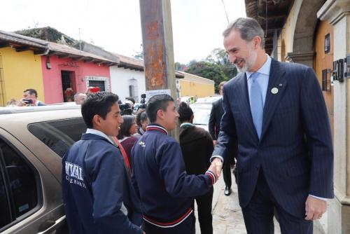 El monarca español saludó a quienes lo encontraban en el camino. Foto: Casa de su Majestad El Rey