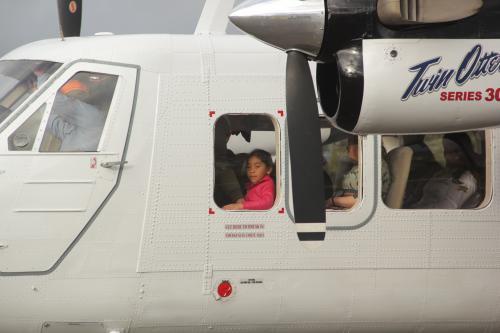 La pequeña representa la ilusión de contar con un nuevo medio de transporte que acorte distancias entre el país. (Foto: Fredy Hernández/Soy502)