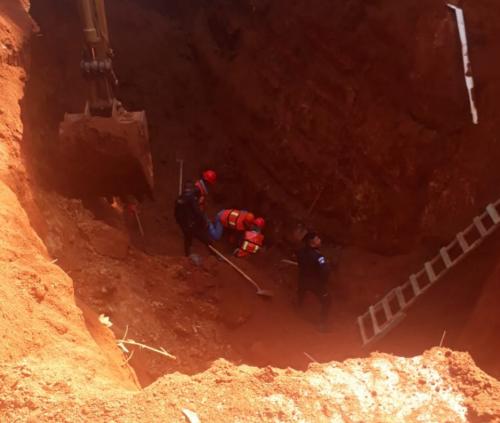 Los agentes lograron rescatar a los obreros. (Foto: PNC)