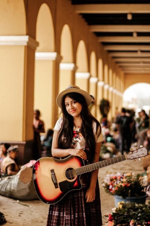 Karla Curup conoce la guitarra, el piano, el violín, la marimba, la flauta dulce y el ukelele. (Foto: Karla Curup oficial)