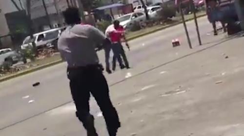 En el video se observa cómo varios hombres intervinieron en la riña. (Foto: captura de pantalla)