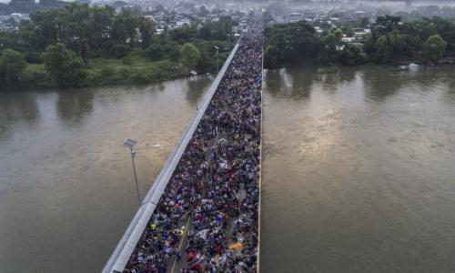 Los migrantes hondureños pasaron la noche en el puente. (Foto: AFP)