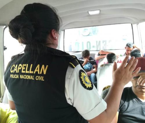 Las autoridades realizaron una oración con los hondureños que decidieron retornar. (Foto: PNC)